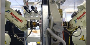 Articulated robot helps make textile products